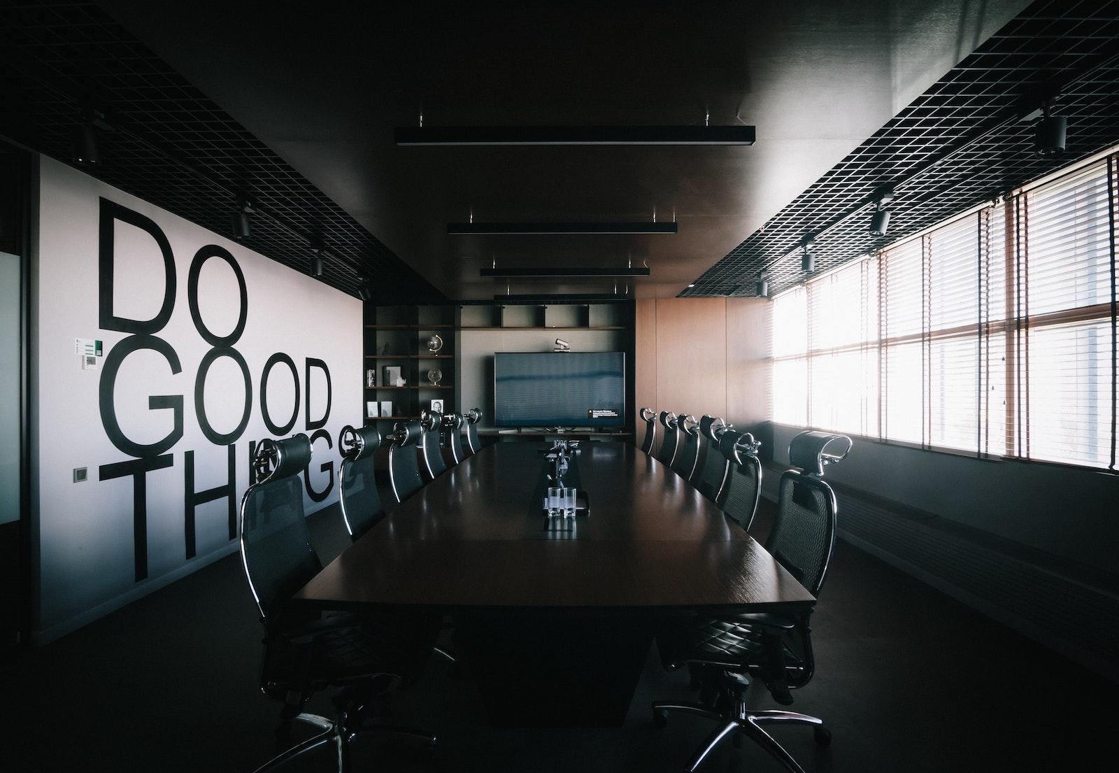 воркспейс с большим конференц столом