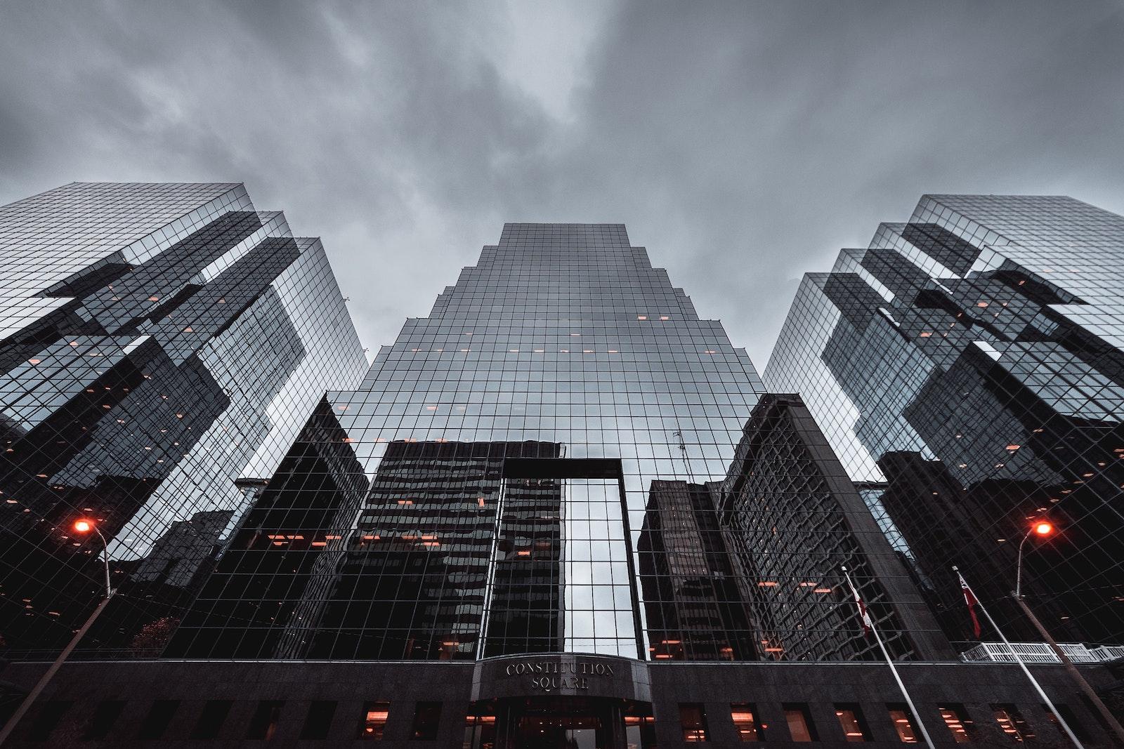большое стеклянное здание