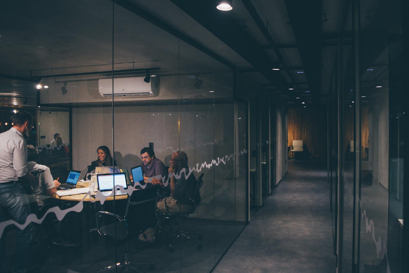рабочее пространство со стеклянными перегородками